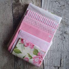 Zbytkový balíček látek růžová pivoňka Card Holder, Wallet, Cards, Scrappy Quilts, Rolodex, Maps, Playing Cards, Purses, Diy Wallet