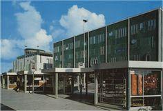 Eindhoven is een rooftopgarden rijker, tijdelijk althans. Op de dak van het in 1964 door de Italiaanse architect Gio Ponti ontworpen warenhuis genaamd De Bijenkorf is namelijk een heuse rooftopgarden ingericht. Klik door voor het verhaal! Eindhoven, Gio Ponti, Multi Story Building, Urban, History, Youth, Watches, Country, Nostalgia