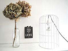Symbole fort de la décoration, la cage à oiseaux se fait la part belle dans nos intérieurs, et jusqu'au jardin. Elle inspire les designers qui la c...