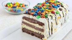 Rezept:: M&M Ice Cream Cake- Cremige Eistorte mit M&M's Diese bunte Eistorte mit M&M's ist genau das Richtige für den Sommer und eine tolle alternative zu üblichen Sahnetorten =) Zutaten: Für eine Kastenform von ca. 30cm Länge Schoko-Teig: 150g Butter (Raumtemperatur) 220g Mehl 120g Zucker 1 Päckchen Vanillezucker 1 Prise …