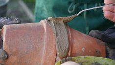 Ollas sind Bewässerungssysteme für's Beet. Wer mag, kann aus zwei Tonblumentöpfen leicht selbst eine Olla bauen. So geht's. Mdr Garten, Moscow Mule Mugs, Backyard, Tableware, Pots, Diy, Do Crafts, Outdoor Living, Natural Garden