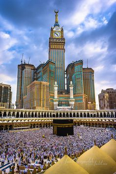 Photo of Kaabah Masjidil Al-Haram & Zam-zam Clock Tower (Abraj Al Bait Towers) at Mecca Saudi Arabia. Beautiful Mosques, Beautiful Places, Mekka Islam, Places Around The World, Around The Worlds, Mecca Kaaba, Mecca Madinah, Mecca Wallpaper, Allah