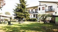 Caratterizzato da un giardino con zona pranzo all'aperto e barbecue, il bed & breakfast Villa Toscana Il Pino dispone di camere con aria condizionata e riscaldamento, e di un salotto e una zona pranzo riservati agli ospiti. Tutte le camere vantano una vista sul giardino, una Smart TV, una scrivania e un bagno privato o un bagno in comune con servizi igienici. Potrete gustare ogni mattina una colazione all'italiana nella zona pranzo per poi rilassarvi in giardino, nel salotto comune