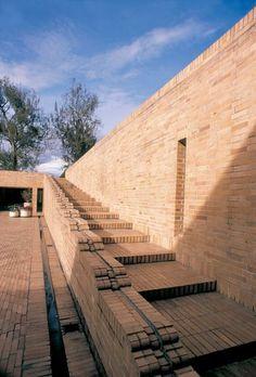 Edificio de posgrados en ciencias humanas, Universidad Nacional de Bogotá. Rogelio Salmona Brick Architecture, School Architecture, Architecture Details, Brick Studio, Pavement Design, Brick Works, Brick Detail, Beautiful Stairs, Brick Facade