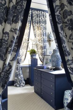 Chinoiserie Chic: The Blue and White Bath - the Atlanta Symphony Orchestra Decorators Show House Blue Rooms, White Rooms, White Walls, Blue Room Decor, Chinoiserie Chic, Chinoiserie Fabric, Himmelblau, Blue And White China, Colorful Furniture