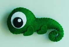 I would like to do a felt iguana but more like pascal from Tangled Sewing Toys, Sewing Crafts, Sewing Projects, Animal Templates, Felt Patterns, Felt Ornaments, Felt Garland, Felt Fabric, Felt Diy
