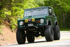 Green bronco Classic Bronco, Classic Ford Broncos, Classic Trucks, Old Bronco, Early Bronco, Ford 4x4, Ford Trucks, Broncos Pictures, Green Jeep