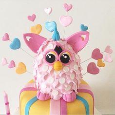 Bolo fofíssimo com Furby no topo, adorei! Por @karinaserraatalla  #kikidsparty
