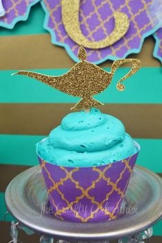 Gotta love these awesome cupcakes with golden magic lamp toppers. It's perfect for a Shimmer and Shine or genie themed birthday party.