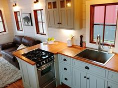 20 Amazing Farmhouse Interior Design Ideas for Tiny House Decor What is the most important of the interior ideas of the Tiny Farmhouse You can decorate the entire house in rich colors. You may still live in a small hous Tiny House Luxury, Tiny House Swoon, Tiny House On Wheels, Tiny House Design, Luxury Homes, Living Room Kitchen, Kitchen Decor, Design Kitchen, Kitchen Ideas