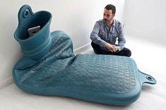 Avec sa série Macro, l'artiste et sculpteur Romulo Celdran s'amuse à créer des versions démesurées des objets du quotidien, comme une éponge, une bouillotte, une allumette, un bouchon de stylo ou une capsule de soda. Fasciné par les détails et les subtilités du design de nos objets usuels, Romulo Celdran cherche à en exacerber la complexité, obligeant le spectateur à jeter un regard nouveau sur ces objets auxquels on ne prête plus attention…