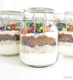 Taisin törmätä KUTIKUTI-blogissa mahtavaan ideaan antaa päiväkodin hoitajille ennen kesäloman alkua keksiainekset purkissa.