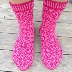 Nydelige sokker med tradisjonelt mønster. Mønsteret er både i dame- og herrestørrelse.