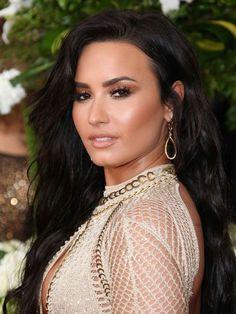 Make-up sieht um die Welt sowohl Huda Beauty Make-up Geek, Make-up Geek American . Kim Kardashian, Kardashian Wedding, Make Up Geek, Demi Lovato, Pretty Makeup, Makeup Looks, Maybelline, Auburn Blonde Hair, Jlo Glow