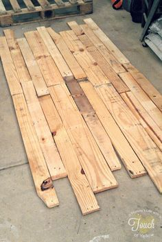 DIY Pallet Headboard {tutorial} THIS  IS MY NEW HEADBOARD YEH AND SO COOL AND CHEAP GOTTA LOVE IT!!!!!!!=)