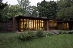 the low-cost housing model is what Frank Lloyd Wright referred to as an idealised vision of the United States at its democratic zenith. Read more through the link in our bio. Photo: The Jacobs house (Usonia by Frank Lloyd Wright. Casas De Frank Lloyd Wright, Frank Lloyd Wright Buildings, Frank Lloyd Wright Homes, Organic Architecture, Architecture Design, Famous Architecture, Residential Architecture, Therme Vals, Architecture Organique