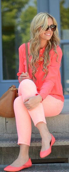 Wearing the same color in different shades is still considered a monochromatic outfit and doing so creates more depth and dimension to your look. Fashion Moda, Cute Fashion, Look Fashion, Womens Fashion, Fashion Trends, Coral Fashion, Sweet Fashion, Fashion Inspiration, Fashion Tips
