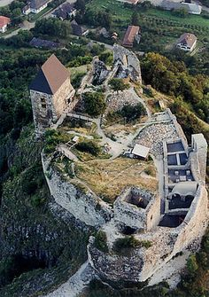 A castle in Norther Hungary (Fuzer) Medieval World, Medieval Castle, Beautiful Castles, Beautiful Places, Chateau Medieval, Budapest Travel, Destinations, Castle Ruins, Amazing Buildings