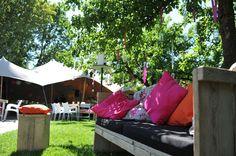FeestJeFeest op locatie! Ben je op zoek naar het juiste meubilair voor het ideale tuinfeest of de perfecte decoratie voor de trouwlocatie van je dromen dit alles is te huur bij FeestJeFeest!
