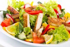 L'insalata di pollo è un antipasto veloce e leggero per chi non ha tanto tempo da dedicare alla cucina. Vediamo la ricetta