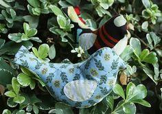 Artesanato e Cia : Pássaro em tecido ou feltro- passo a passo  Curta e acompanhe as dicas do Artesanato & Cia (Por Soraya Correia) //www.facebook.com/lojaartesanatoecia