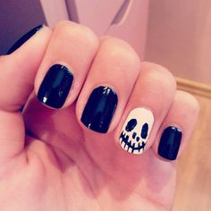 black and white nails for halloween jack http://andreeamaria.com/jack-skellington-halloween-nails/