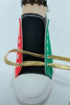 Shoelace tying, tieing shoe laces, tie shoes, shoelace patterns, t shirt dress Tie Shoes, Shoes Sneakers, Diy Clothes, Diy Fashion, Diy And Crafts, Shoe Crafts, Paper Crafts, Life Hacks, Rv Hacks