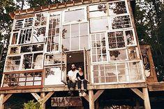 Selbstgebautes Haus aus Fenster