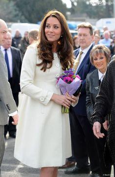 Kate middleton (enceinte-8mois), était en visite le 12 mars 2015 aux studios londoniens Ealing, où est tourné la série Downton Abbey ; une série que la duchess apprécie particulièrement :) Robe manteau Princess : JoJo Maman Bébé
