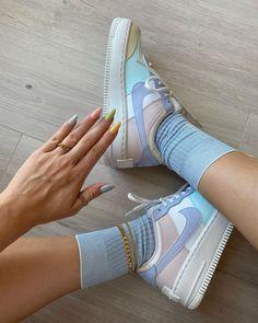 La Air Force 1 Shadow Pastel est disponible sur wethenew.com ➖ 📸 @juliamatyjasek Nike Air Force, Air Force 1 Outfit, Bleu Violet, Baskets Nike, Blue Shoes, Silhouette, Pastel, Sneakers Nike, Style Inspiration
