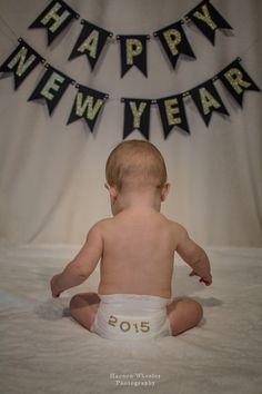 24 Ideas For Baby Boy Photo Shoot Ideas January Monthly Baby Photos, Baby Boy Photos, Cute Baby Pictures, Monthly Pictures, Baby Kalender, Baby Christmas Photos, Baby Girl Christmas, Holiday Pictures, Baby New Year