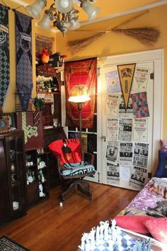 This Fan-Made Harry Potter Common Room Is Magical AF decor quarto masculino diy This Fan-Made Harry Potter Common Room Is Magical AF Deco Harry Potter, Harry Potter Nursery, Theme Harry Potter, Harry Potter Decor, Hufflepuff Bedroom, Harry Potter Christmas Decorations, Room Themes, My New Room, Room Decor