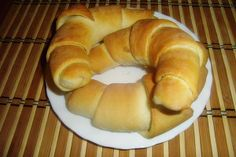 Friss és ropogós: süssünk tejes kiflit! Bagel, Favorite Recipes, Breads, Food, Bread Rolls, Essen, Bread, Meals, Braided Pigtails