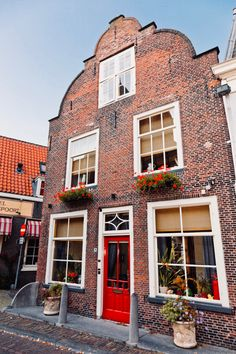 Dutch House, History Online, Window Displays, Delft, Adventure Travel, Houses, Couch, Mansions, House Styles