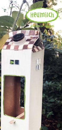 So bastelst du in einfachen Schritten ein Vogelhaus aus einem Heumilch-Karton. Eine nachhaltige Idee, wie du etwas Gutes tun kannst für unsere Gefiederten Freunde in der kalten Jahreszeit! Bird, Outdoor Decor, Home Decor, Sustainable Ideas, Hay, Milk, Seasons Of The Year, Paper Board, Packaging