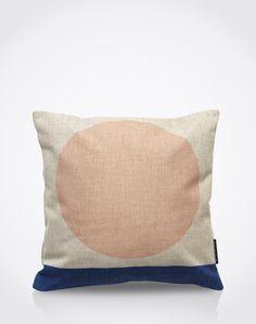 Mit diesem weichen Kissen im quadratischen Format (45 x 45 cm) wird das Sofa zum absoluten Blickfang. Das Allover-Muster im skandinavischen Design ist DER aktuelle Trend für Interior- und Living-Accessoires.