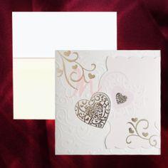 Invitatia alba are imprimate in relief un deseign floral cu inimioare aurii. Partea dreapta este mov, cu aceleasi imprimeuri iar cele doua parti se prind intre ele printr-o inima aurie. Plicul este inclus in pret.  #invitatie de #nunta #mirese #miri #invitatii #elegante #originale