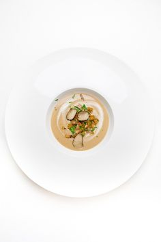Delicious autumnal chestnut soup with cinnamon croutons, wild boar ham, parsley and black truffle. Food Plating Techniques, Sauce Tartare, My Favorite Food, Favorite Recipes, Bread Dishes, Food Presentation, Food Design, I Love Food, Soul Food