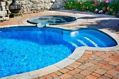 These small swimming pool ideas feature backyards with limited space. See the best small inground swimming pools, pool decks, patios & backyard layouts. Small Inground Swimming Pools, Swimming Pool Pictures, Swimming Pool Designs, Pool Decks, Skimmer Pool, Outdoor Jobs, Pool Diy, Swimming Pool Construction, Hot Tub Backyard