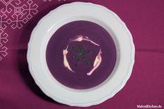 Rezept für eine Rotkohlsuppe nach Steffen Henssler. Frischer Rotkohl wird zusammen mit Geflügelfond und Creme Fraiche zu einem Top Süppchen.