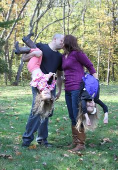 fun family picture pose : What a fun pic of this couple and family!