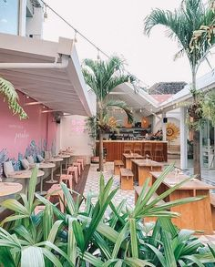 Tropical cafe decor in bali - Metarnews Sites Surf Cafe, Beach Cafe, Coffee Shop Design, Cafe Design, Design Design, Bali Restaurant, Modern Restaurant, Bali Baby, Restaurant Interior Design