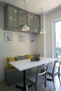 Coin banquette gris et blanc. Coin Banquette, Kitchen Banquette, Kitchen Seating, Kitchen Benches, Dining Nook, Home Room Design, Dining Room Design, Küchen Design, Wood Design