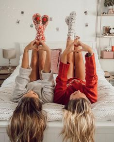 Christmas and New Year are holidays when we wait for miracles Have a pyjama party with your best friend. Let your most cherished dream come true at Christmas. Cute Friend Photos, Photos Bff, Best Friend Pictures, Bff Pictures, Tumblr Christmas Pictures, Cute Bestfriend Pictures, Friend Pics, Holiday Pictures, Cute Photos