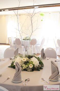 Hochzeitsdeko Tischdeko weißer Baum Stamm Äste runde Deko runde Tische Servietten grau Hortensien Rosen Schleierkraut Kerzen Gläser grün weiß