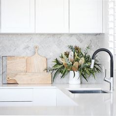 Need some splashback inspo? Check out our favourite tiles here 🏷️ ft. Thala Herringbone Mosaic 📸 @diyshelley