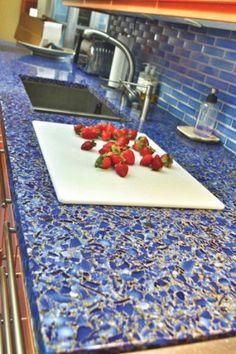 Kitchen inspiration: recycled glass countertop El Concreto es un material  que nos permite agregar todo