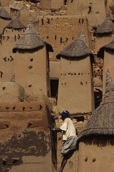 MALI - The Cliff of Bandiagara, Land of the Dogons, is a vast cultural landscape covering 400,000 ha and includes 289 villages scattered between the three natural regions: sandstone plateau, escarpment, plains (more than two-thirds of the listed perimeter are covered by plateau and cliffs).