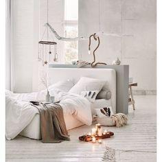 Dieser edle Eyecatcher beweist Sinn für zeitlose Eleganz und ein gutes Gespür für vielseitig kombinierbares Interieur - das puristisch-moderne Schlafmöbel mit gepolstertem Rahmen und abnehmbaren Hussen verleiht der Nachtruhe stilvoll-exklusiven Chic!