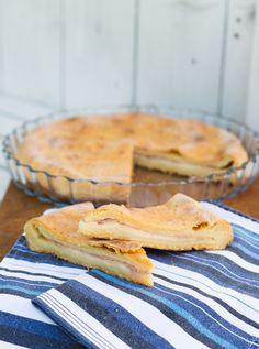 Il tortino di patate ripieno è una torta salata semplice e gustosa, ottimo da gustare caldo appena sfornato,  ma anche freddo da preparare in anticipo per le cene veloci e gli aperitivi in estate, semplice e saporito! Pizza Bella, Homemade Mashed Potatoes, Potato Pie, Pie Recipes, Biscotti, Apple Pie, Savory Foods, Mani, Desserts